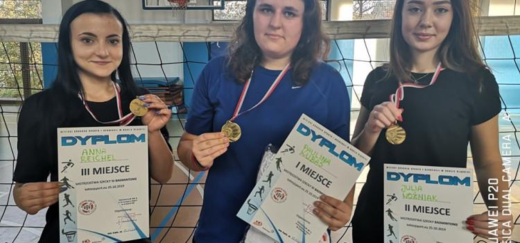W piątek 25.10.2019 r. w sali gimnastycznej SP nr 4 odbył się turniej badmintona w kategorii kobiet i mężczyzn