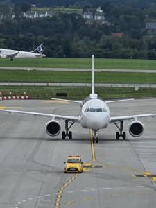 Dzisiaj uczniowie klas o profilu Technik eksploatacji portów i terminali oraz Technik operacyjnych służb lotniczych brali udział w zajęciach edukacyjnych w Centrum Edukacji Lotniczych w Balicach
